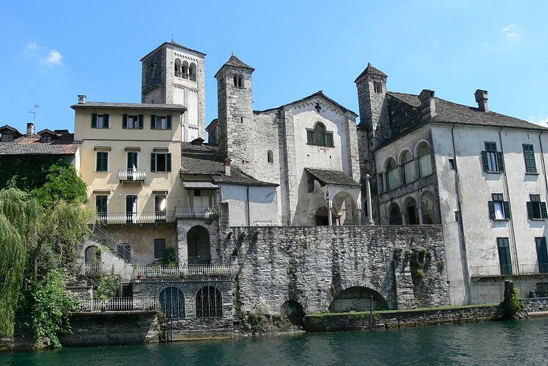 http://archeocarta.org/wp-content/uploads/2014/10/800px-Basilica_San_Giulio_-_Au%C3%9Fen.jpg