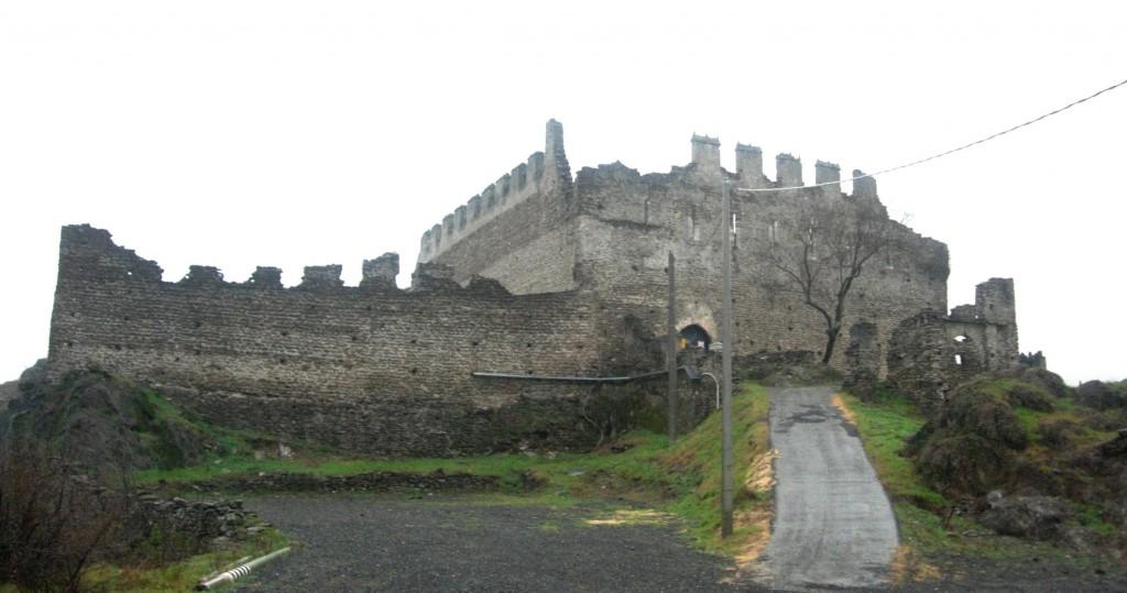 Castello_di_San_Giorio_di_Susa,_vista_da_Est